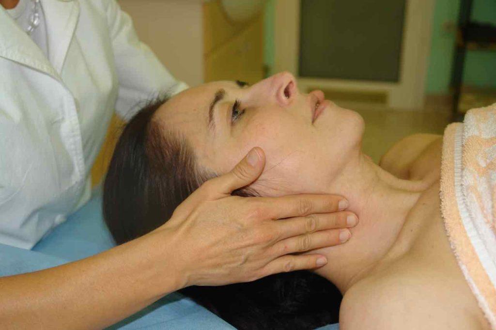 Izraz ugodja na obrazu ko se izvaja fizioterapija in masaza