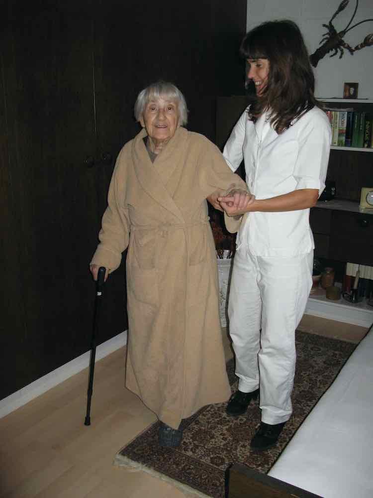 Zadovoljen izraz babice ko lahko s pomocjo fizioterapevtke spet hodi