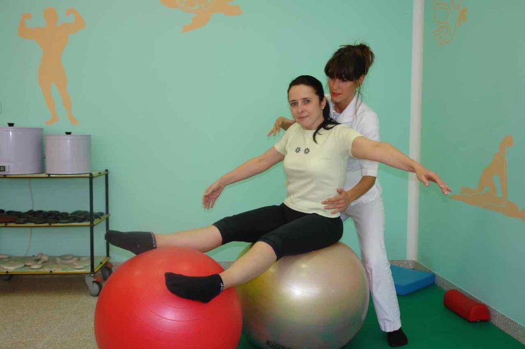 Pacient ohranja ravnotezje na veliki zogi  ko ima noge na drugi zogi