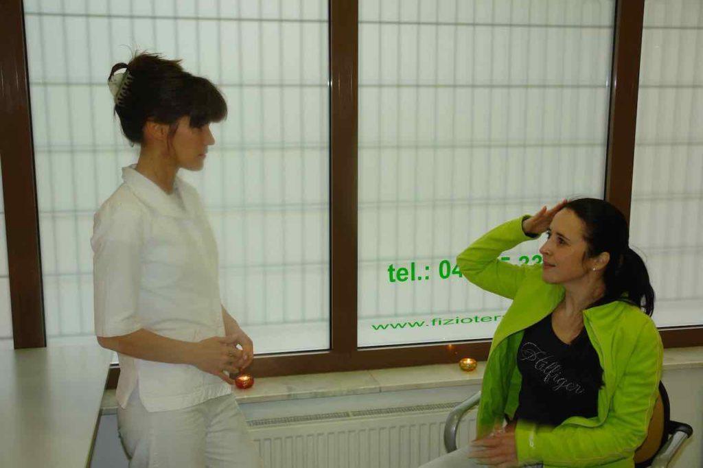 Fizioterapevt z zanimanjem prisluhne pacientovi anamnezi