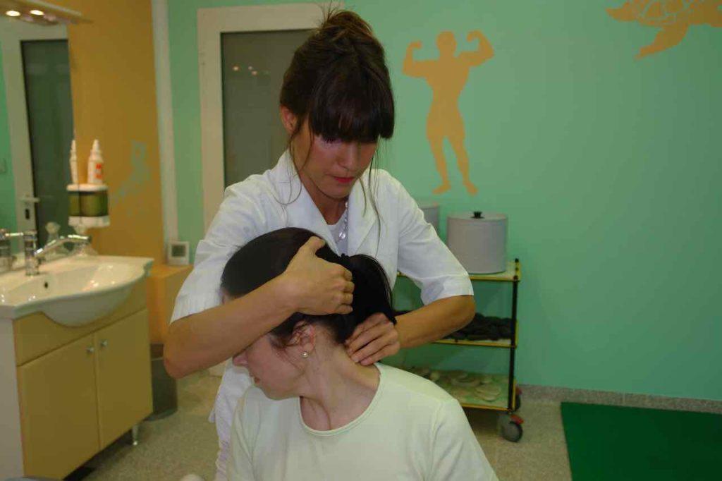 pritiskanje s prsti na eno stran trnov hrbtenice