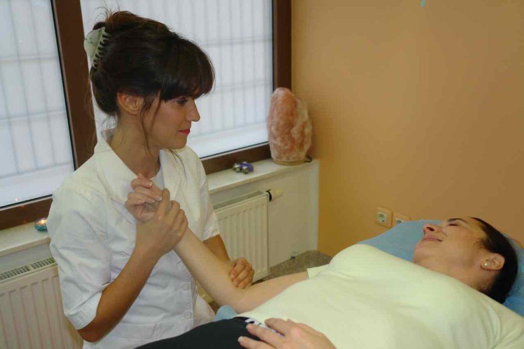 smeh ko se izvaja manualna terapija roke