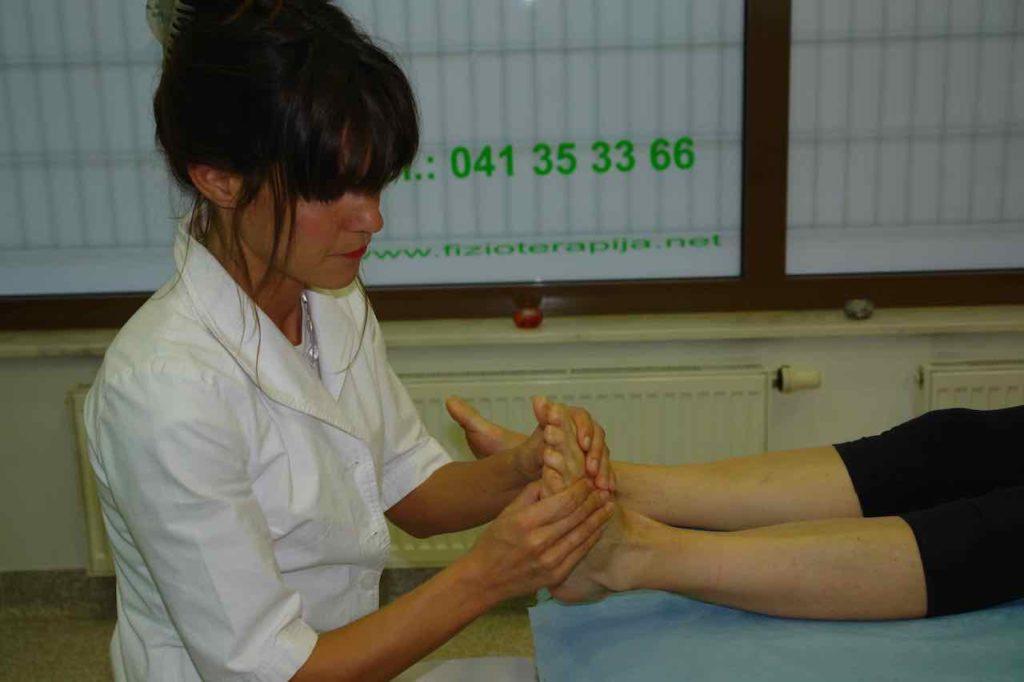 refleksoterapija refleksna masaza stopal  se izvaja s pritiskanjem s palci po podplatu