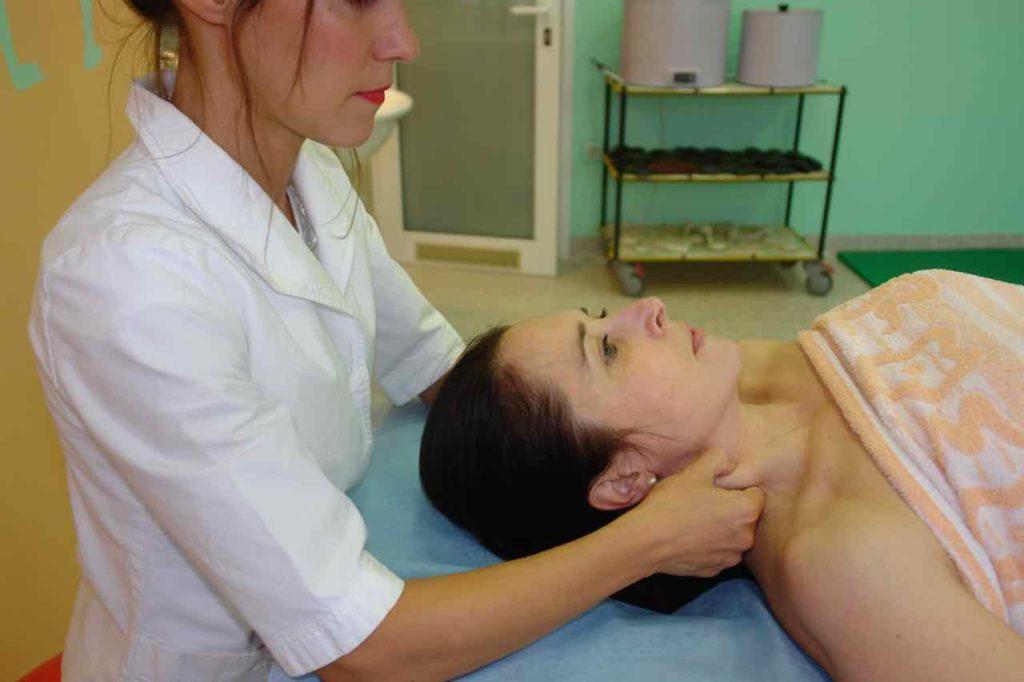 vlecenje obracalke glave stran od vratu