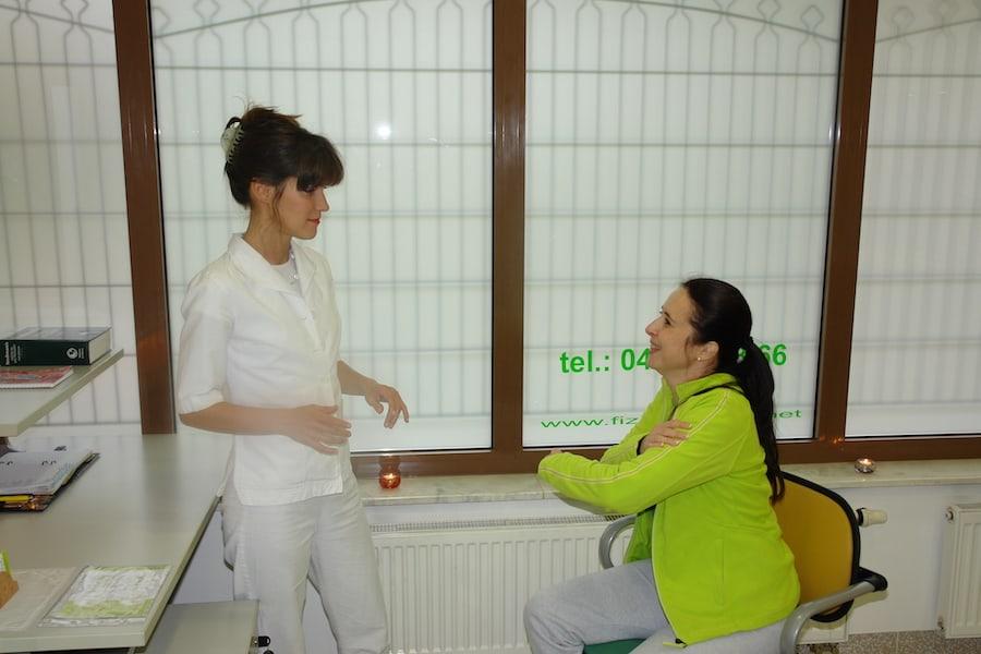 bolecina v rami ki jo pokaze pacientka